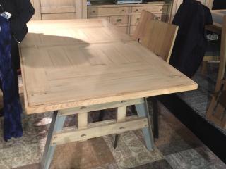 Détail de la table Factory plateau chêne et pieds métal  la teinte du chêne est champagne et le métal est teinté gris taupe