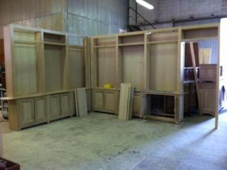 Les meubles de la bibliothèque en chêne dans notre atelier de Trets