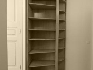 Une bibliotheque d'angle avait également était realisé dans un aménagement de couloir.