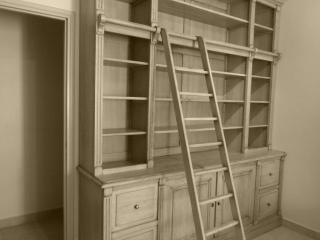 Cette bibliotheque réaliser dans la région de Brignoles est réalisé pour offrir un maximum de rangement dans un minimum de place. Elle est réalisé du sol au plafond. Les étagères sont évidemment réglable sur crémaillères bois.