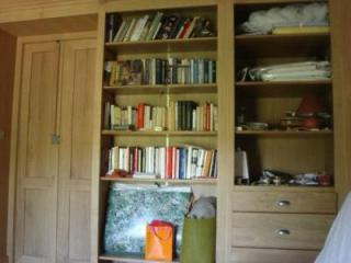 Côté bureau nous retrouvons une élégante bibliotheque. Une commode TV  permet d'offrir un rangement approprié pour le linge.