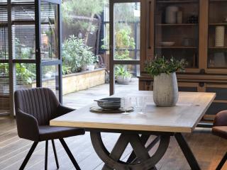 Table Passerelle pied métal. Le plateau est en chêne massif réalisable en plusieurs dimensions.